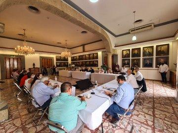 El alcalde de Guadalajara, @DelToroIsmael, sostuvo una reunión con comerciantes para llegar a acuerdos en torno al decreto sobre la administración de estos lugares. Los locatarios afirmaron que lograron la derogación y cambios a futuro en dicho decreto. https://t.co/6hqDmy5IqI