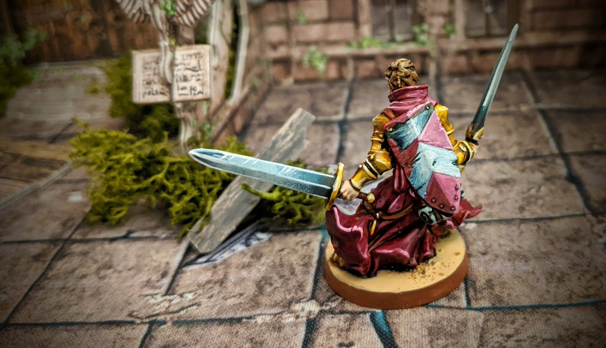 I adore how the gold turned out on this mini and the contrast between that and the sanguine robes. Sure I'm blowing my own trumpet but I love how this one turned out.   #MassiveDarkness #Cmongames #Coolminiornot #boardgames https://t.co/etUVI5lEy0