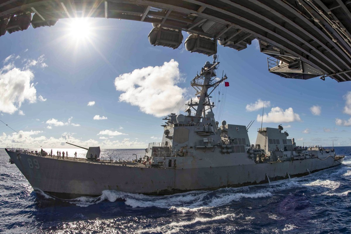 Sunny Sail 🛳  The guided missile destroyer #USSMustin conducts a replenishment with the aircraft carrier #USSRonaldReagan @Gipper_76 in the Philippine Sea. https://t.co/mZPXWfZTrG