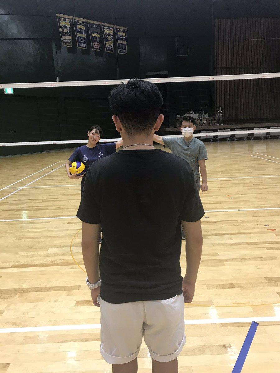 大阪英語バレー🏐 今日は8人も参加してくれました♡ レッスン終わりの1コマ👻 キャンペーン用の写真撮る為にコーチと試行錯誤してます🤨 https://t.co/J4WGexIdR3