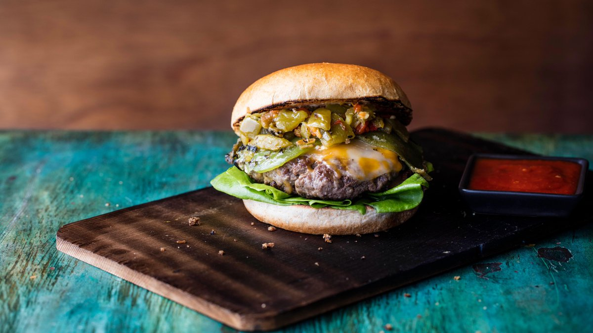 In New Mexico, we celebrate #NationalCheeseburgerDay with plenty of green chile! 😋 #NewMexicoTrue https://t.co/CCuurW9BwI