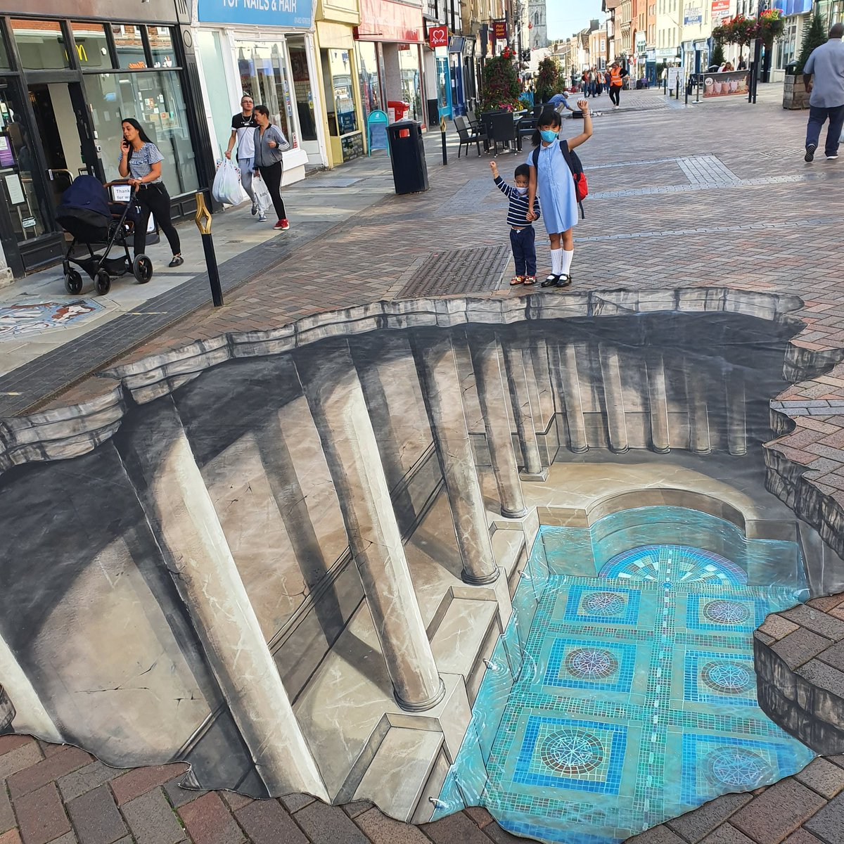 Amazing historic 3D display on our Westgate St. Only until Sunday, come and support  #3dJoeandMax #localbusiness #Cathedralquarter #Highstreetheritage #historicengland #gloucestercitycouncil https://t.co/a83NPb6ER8