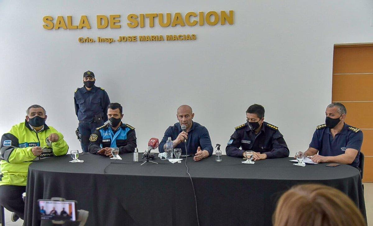 [AHORA] #ConferenciaDePrensa del ministro de Seguridad Federico Massoni junto a @Policia_Chubut y @APSVChubut por el refuerzo en los controles de tránsito que se realizarán durante el fin de semana 👇👇 https://t.co/q7paQ3NvXF