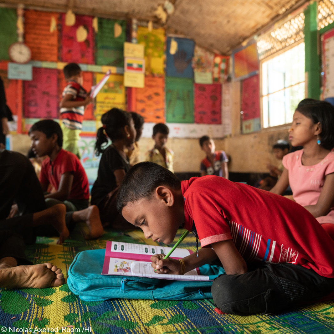 HI a convaincu l'#école d'Anowar, 8 ans, de l'accepter en classes malgré son #handicap. Il a pu retrouver ses ses amis ! #School4all 🏫 #Bangladesh #Rohingyas #Réfugiés  Vous aussi vous pouvez aider 1 #enfants handicapé comme Anowar à retourner à l'école 👉https://t.co/oeoWyI8i7J https://t.co/J4fBb2LOmo