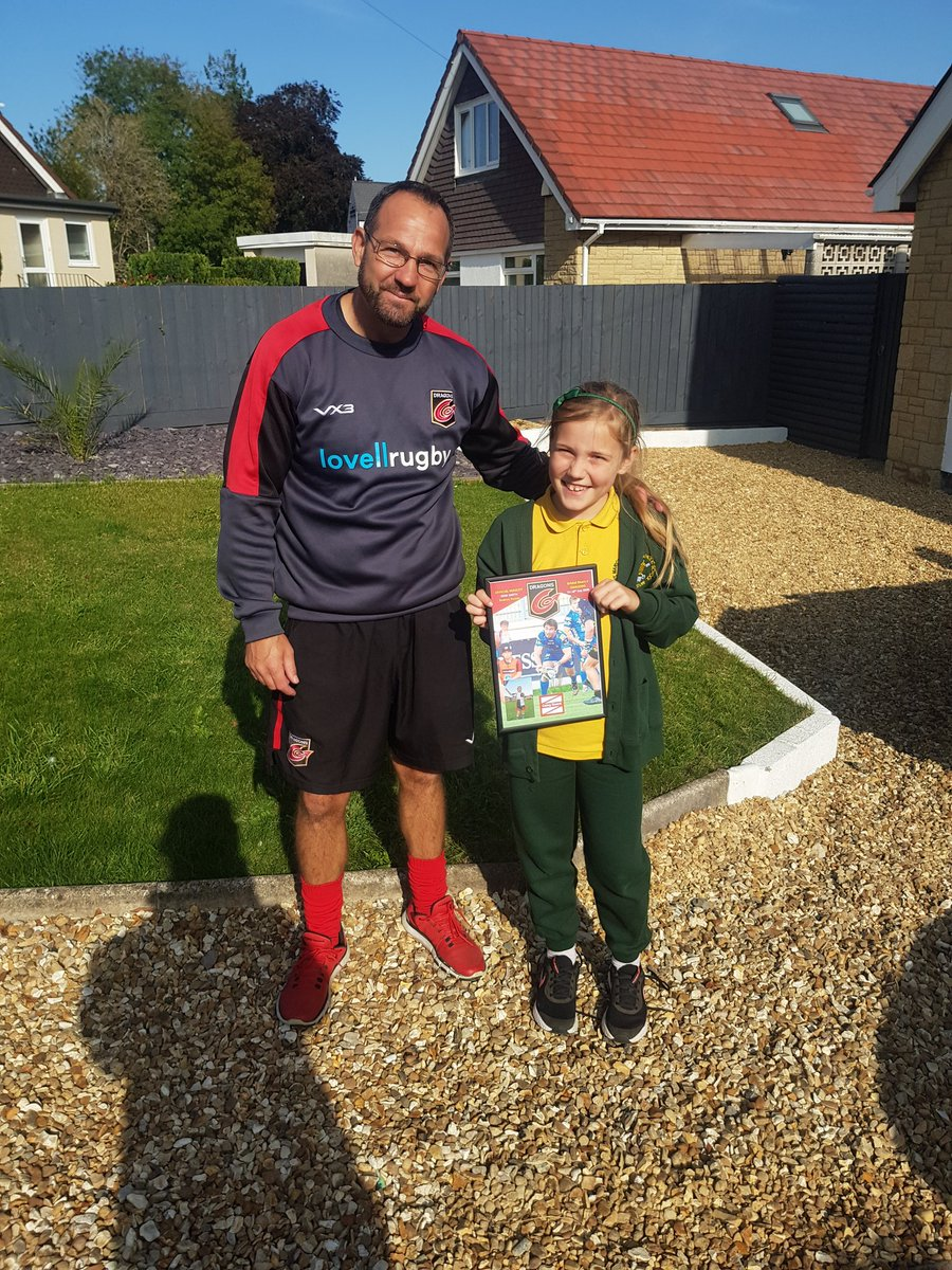 An amazing way to end an exciting week.  Friday finished with a surprise visit to the home of tonight's virtual @dragonsrugby @coleggwent mascot. The smile on Rori's face was a picture as we presented her with goodie bags and a signed frames pic of @RhodriWillss09 #DragonsFamily https://t.co/f3iW71Xfvi