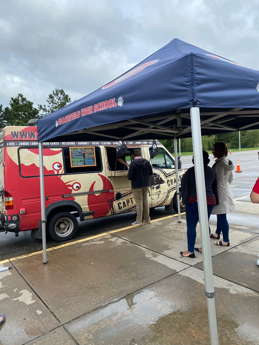 It's Food Truck Friday!! Thanks to @captncrabby for stopping by today! And, congrats to Mrs. Krepcho who was showered with Grizzly Magic and enjoyed a free lunch compliments of the A Team. ❤️🐻💙🦀❤️#gogrizzlies #thegrizzlyway #foodtruckfriday https://t.co/htlsznlSNf
