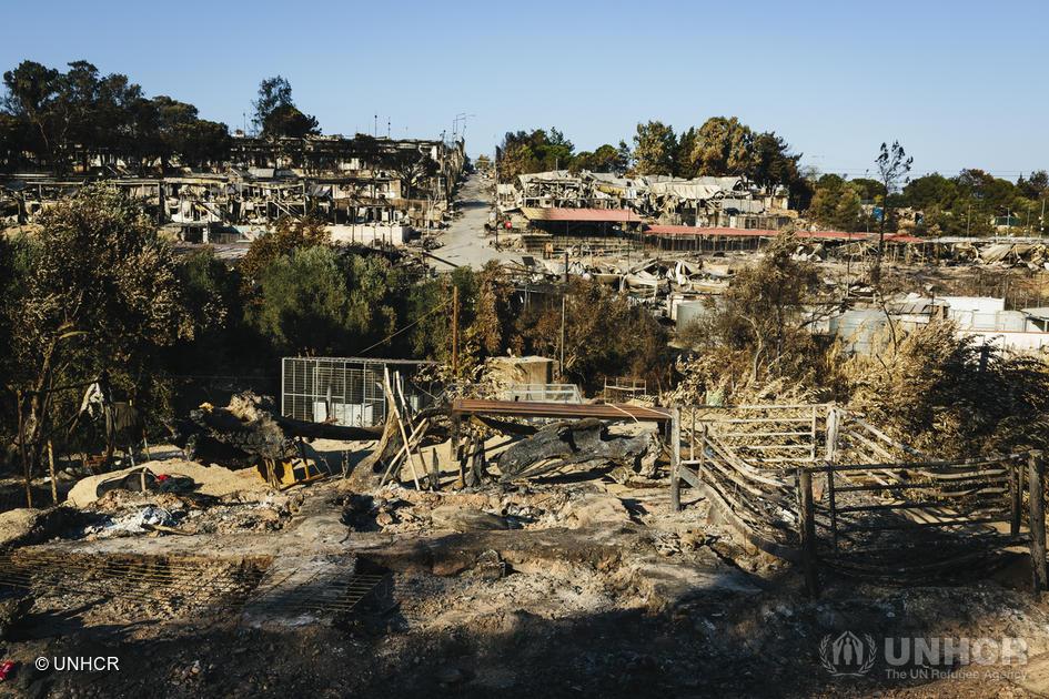 Essa é uma parte do centro de recepção de refugiados em Lesvos, na Grécia.  Não podemos deixar que o valor da vida se perca nas cinzas. https://t.co/GVY13UxI0A