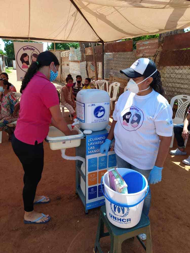 Trabalhamos para proteger a dignidade, segurança e saúde de pessoas deslocadas. Em Zulia, Venezuela, o @ACNURVenezuela distribuiu kits de higiene e outros itens essenciais para as pessoas mais vulneráveis. https://t.co/3QoDFK29Ys