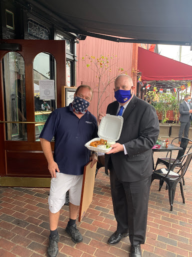 .@GovLarryHogan stops by McGarvey's in downtown Annapolis to pick up some wings and present a proclamation recognizing Sept 18-27 as the first-ever statewide Maryland Restaurant Week. https://t.co/MjoD15YU72