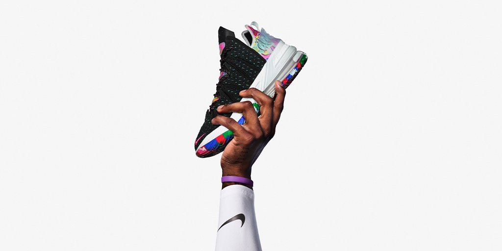 The LeBron 18 is here 👀   Tap into the SNKRS app for Details.   https://t.co/kmlvX7uGTp https://t.co/RotbAdvqQx