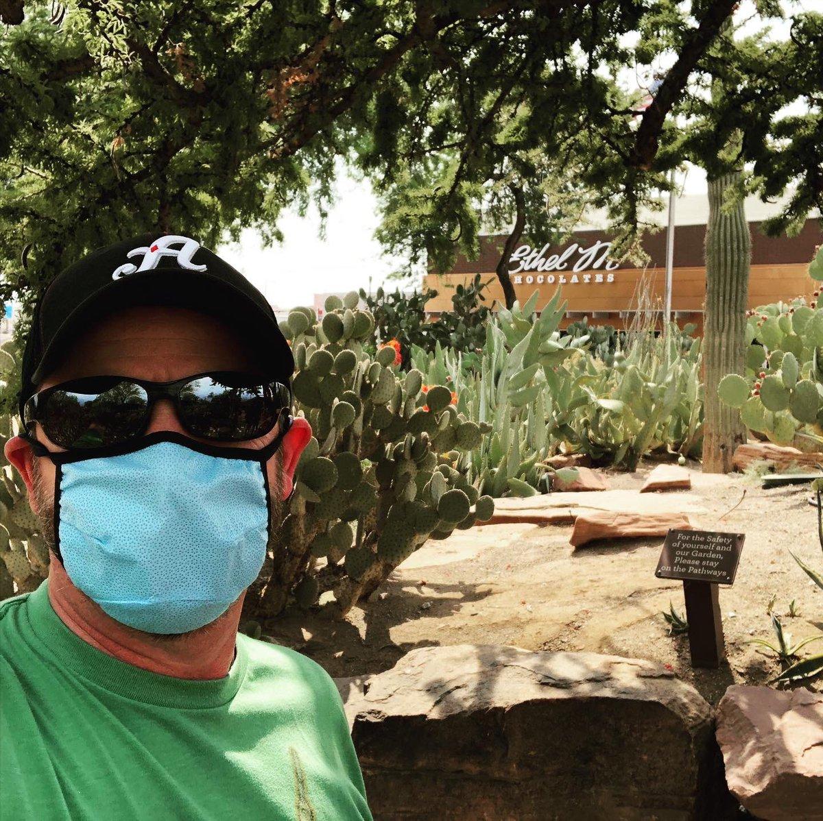 Chocolate and a Cactus garden. It's great to be in town. #marschocolate #lasvegas @EthelMChocolate #deweysworld https://t.co/z46SEsZgOt