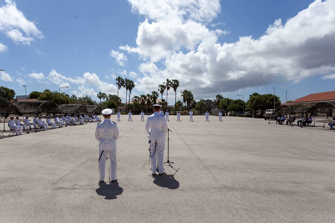 De Curaçaose militie is 19 beëdigde miliciens rijker. Vanmorgen legden zij op kazerne Suffisant de eed af, waarmee zij trouw zweerden aan de Koning, gehoorzaamheid aan de wetten en onderwerping aan de krijgstucht. Een heuglijk moment, familie en vrienden waren erbij. Proficiat!