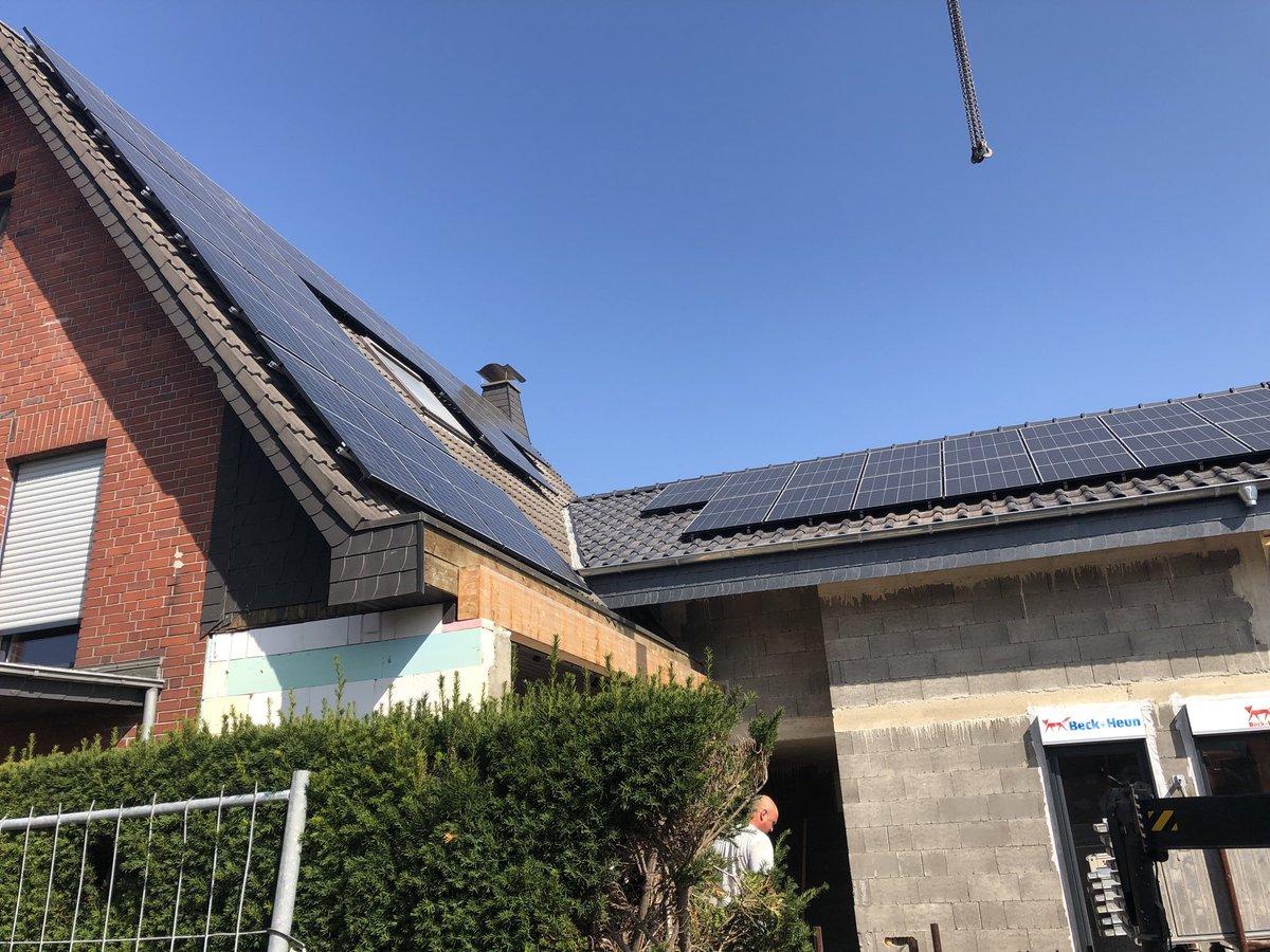 """Unser Beitrag zur #Energiewende: Ein erster Blick """"ohne Gerüst"""" aufs neue ☀️ #Photovoltaik ☀️ Dach. 😀  ...jetzt muss die #PriogoAG nur noch den #E3DC #Wechselrichter und #Batteriespeicher zeitnah anliefern. 🤔  #Klimakrise #EinDachMehr #P4F #FFF #JederKannWasTun https://t.co/0V12qqrfPu"""