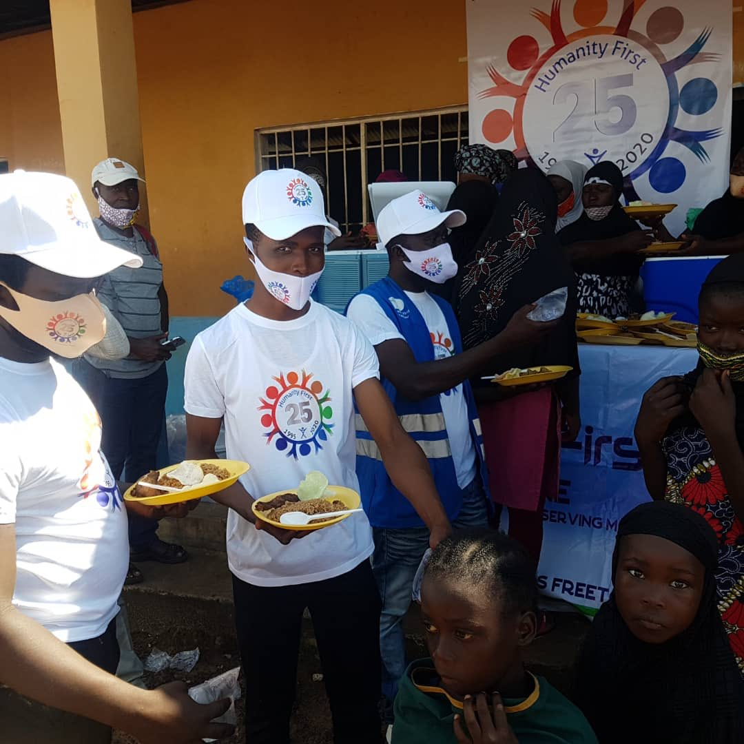 HF #SierraLeone provided warm meals today near #Freetown for 500 vulnerable children including many #orphans  @HumanityFirstAE https://t.co/PD0TvJ7TZ1