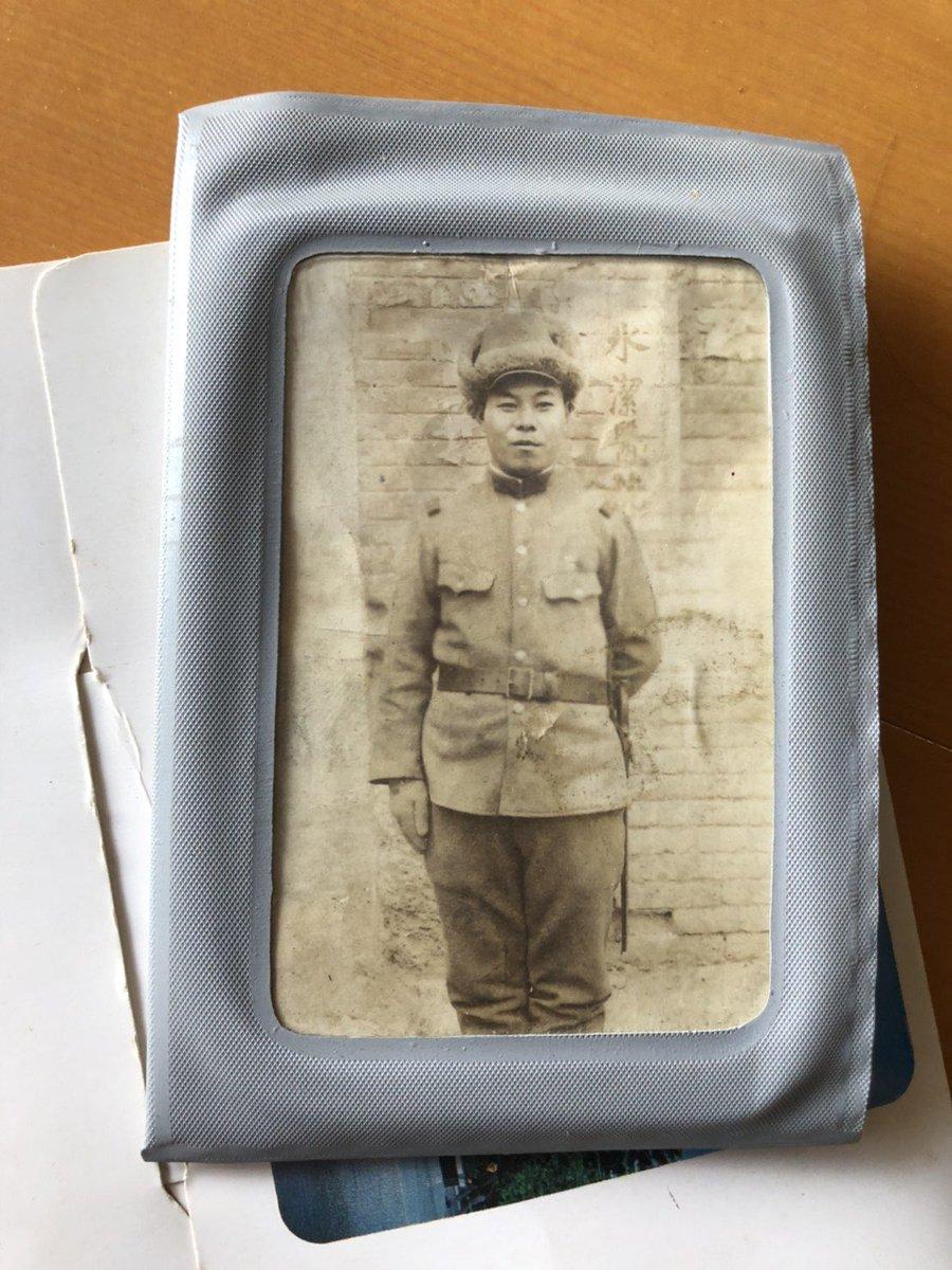 亡くなった婆ちゃんの部屋で遺品整理してたら35歳で亡くなった爺ちゃんと、戦争で亡くなったひい爺ちゃんの写真が出てきた…俺ひい爺ちゃんに似てるな…