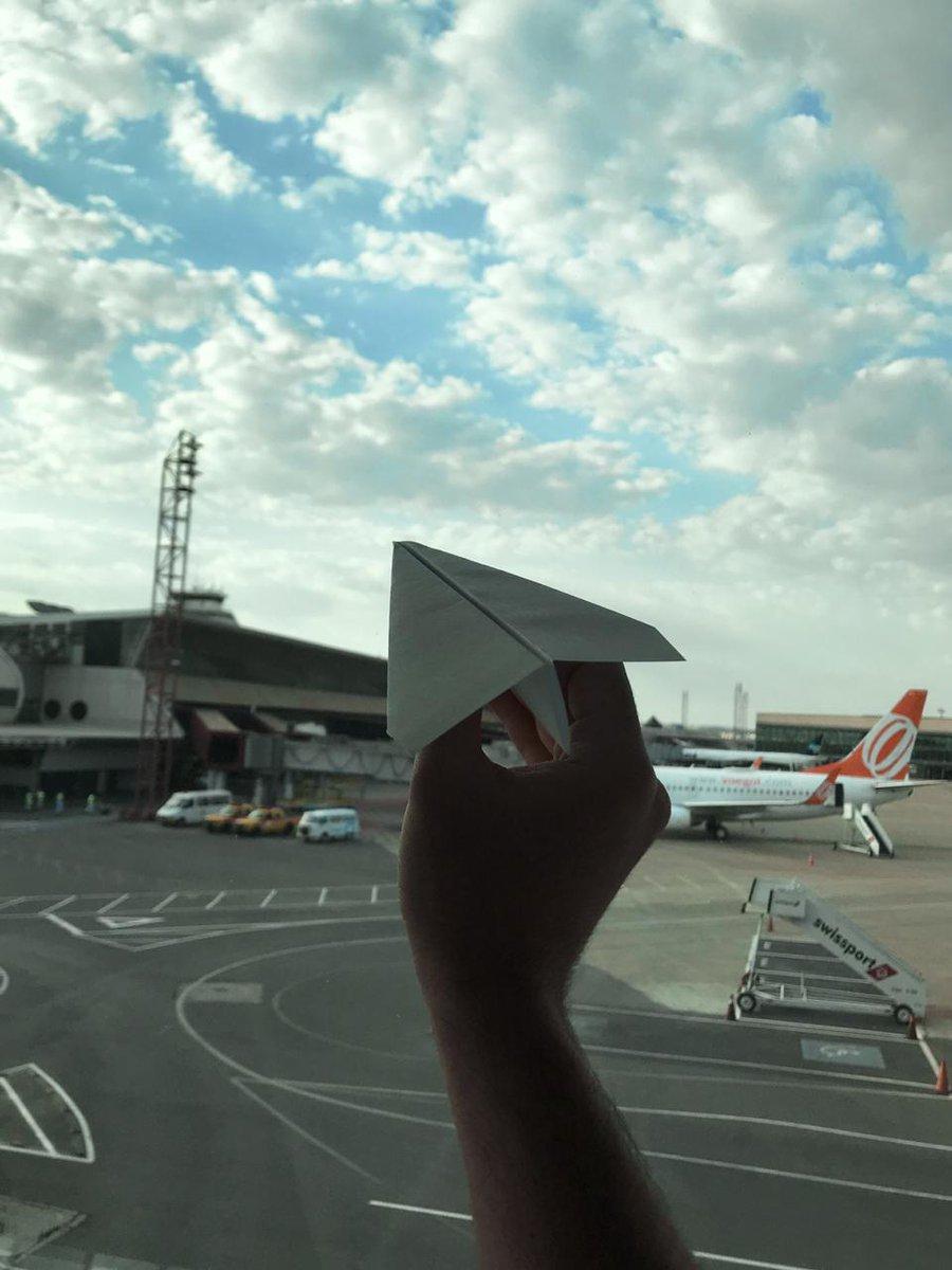 Tá bom, vai... não foi uma arara de origami, mas a gente se aventurou! Até que a gente também manda bem, né, Rodrigo Hilbert?! 😂✈️ #AeroportoBSB #Brasília https://t.co/iIr2zoNPPy