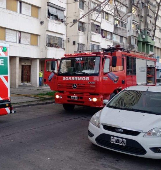 #Incendio en una torre de #Lugano. Soldado de la Frontera 5163. Fuego en un cocina, dominado por Bomberos de la Ciudad. 3 trasladados a los H. Grierson y Santojanni. Guardia de Auxilio en el lugar. https://t.co/tVCZ84dBxo