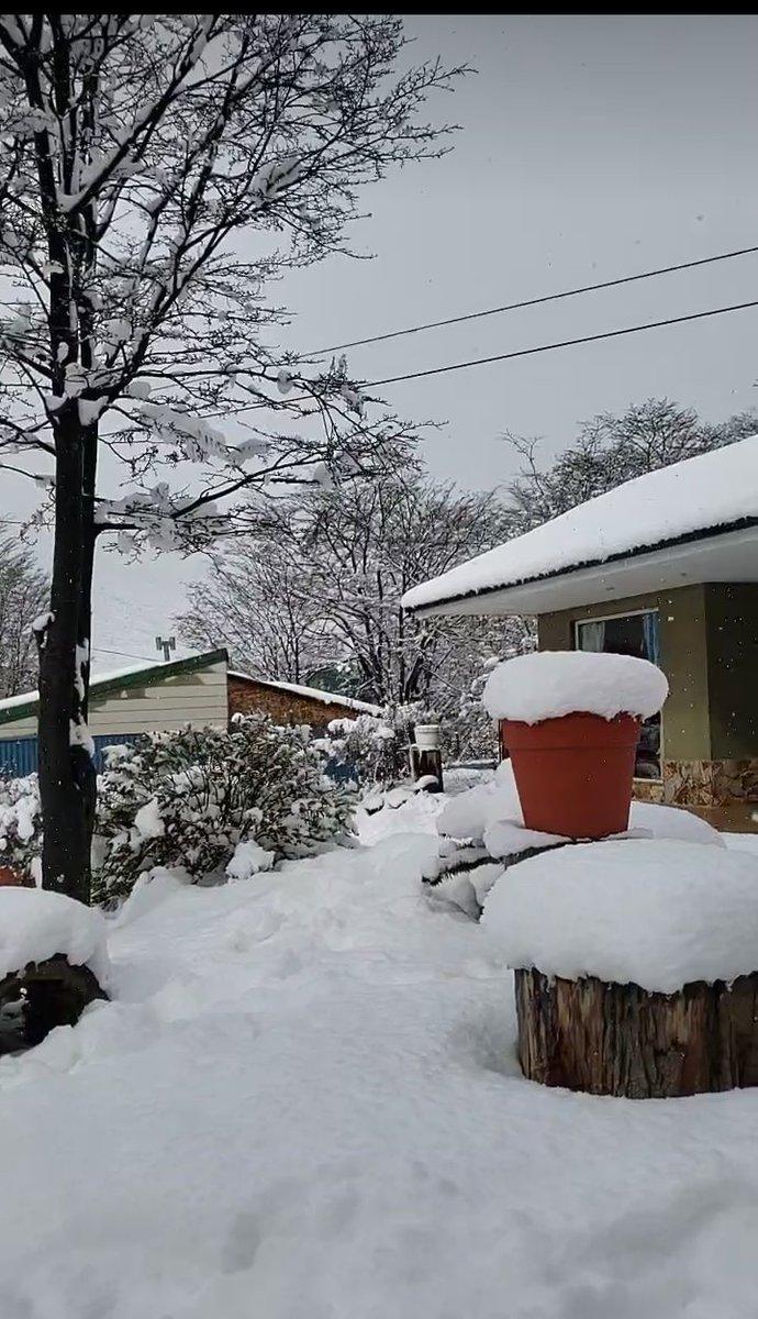 Urgente envien calor de Buenos Aires si les sobra!!! En Ushuaia no para de nevar y en Rio Grande nos congelamos con vientos de la montaña #TierraDelFuego #Argentina https://t.co/cQzzHQospg
