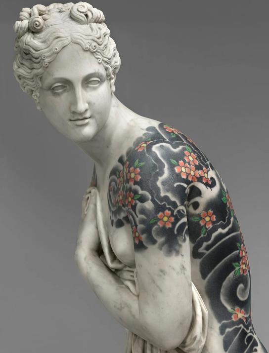 美しいヴィーナスの光沢ある肌に、見事な和彫の桜吹雪。この不思議な彫刻を作っているのはイタリアのアーティストFabio Vialeさんです。大理石に刻まれた入墨は表層ペイントではなく、吹付け加工によって石に染み込ませたもの。きめ細かい肌に入墨は映えるものですが、大理石の肌とは着眼点がいいです