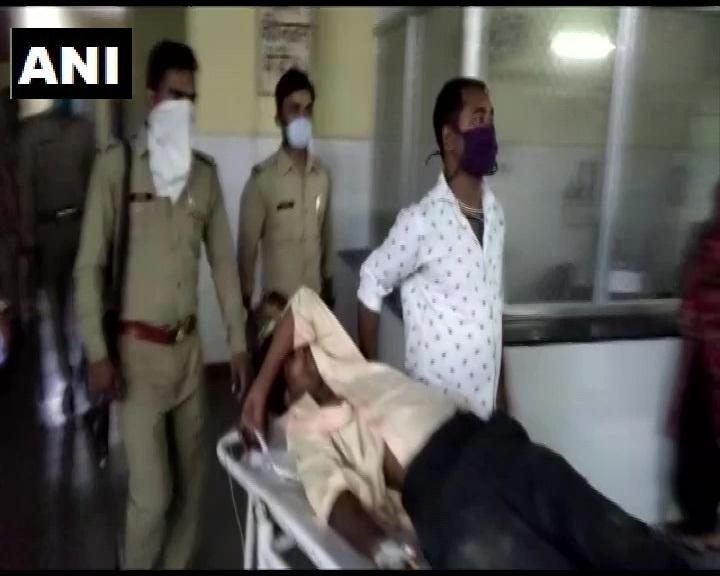 उत्तर प्रदेश: अलीगढ़ में कल रात पुलिस और बदमाशों के बीच हुई मुठभेड़ में दो बदमाश घायल हुए। अलीगढ़ के SP सिटी ने बताया, अमरौली क्षेत्र में कुछ संदिग्ध व्यक्तियों ने पुलिस पर फायरिंग की, मुठभेड़ में दो लोगों को गोली लगी। दो लोगों के फरार होने की सूचना है।