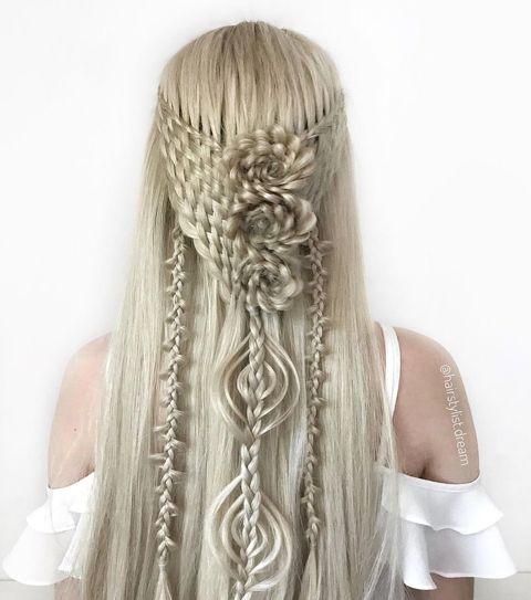 めっちゃ器用だ……どうやって編んでるの!? 17歳の少女が作り出す芸術的なヘアスタイルが目を見張る美しさ