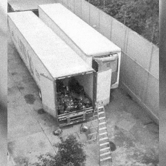 """#InvestigaciónEspecial  El Gobierno de Jalisco decidió que era """"buena idea"""" hacinar sin control ni cuidado dentro de dos contenedores frigoríficos, los cuerpos de 322 personas fallecidas no identificadas.  ¿Cómo se gestó esta terrible historia?   https://t.co/x6kefvu0LU https://t.co/Yl2vcpqLM8"""