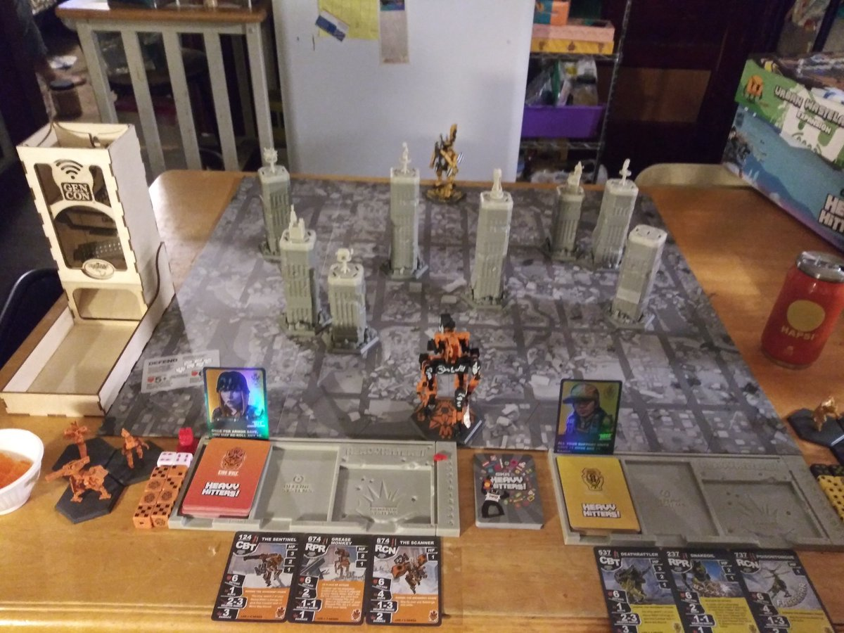 Tonight's arena fight between King Wolf and Diamondback is sponsored by #Hapsi, with dice rolls fairly rolled thanks to @tbt_gaming and #Gencon2020. 🤖🏢💥 @WetaWorkshop  #boardgames #sologaming #gamingdad https://t.co/gmdi7LrXG1