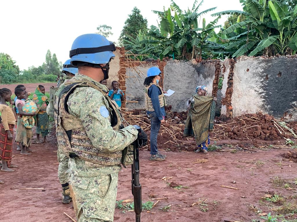 In the D.R. Congo 🇨🇩, @MONUSCO peacekeepers continue to provide essential support to the communities they serve.     Here, a local woman in Dhera speaks with an @afpfr  journalist about the threat of armed groups in the region and the protection provided by peacekeepers. #A4P https://t.co/BE5ej3yXHa