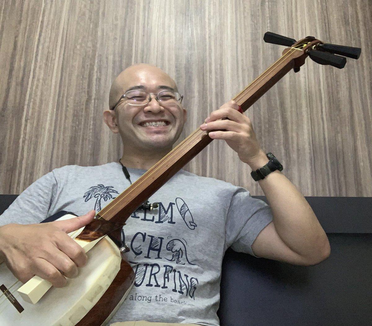 週明けに #津軽三味線 で #レコーディング。ブルガリアの作曲家とネットで繋いで渋谷で録るそうです。すごい時代だねぇ。  曲、めっちゃ難しい。なんで向こうの人って微分音が好きなんだろう?ごっつい変拍子とかが、この曲には出てこないだけマシか。 #三味線 #音楽 #ミュージシャン https://t.co/a71iRMul0U