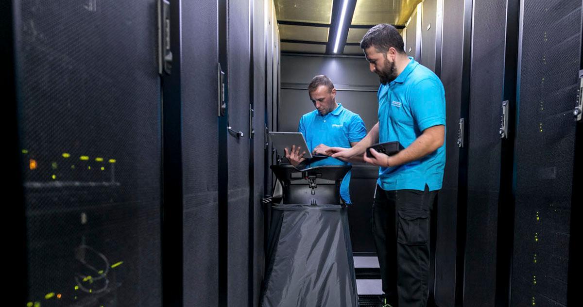 Nuestro personal de Facility en Madrid se encarga de realizar los controles periódicos de los sistemas de refrigeración de las salas de los clientes con el objetivo de mantener una eficiencia energética óptima  https://t.co/t4rpVyPfIR https://t.co/L40TXngNVz