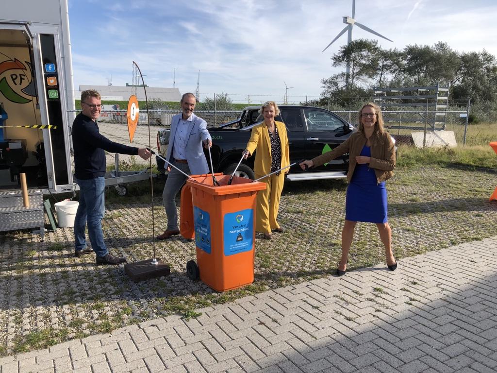 De @LetsDoItWorld1 World Cleanup Day in de #Eemshaven is begonnen. Jong en oud helpt vrijwillig mee om afval te verzamelen. Samen pakken we zwerfvuil aan 💪 ♻️ @caskonig @NienkeHoman #WorldCleanUpDay https://t.co/rxQXpKOxsZ