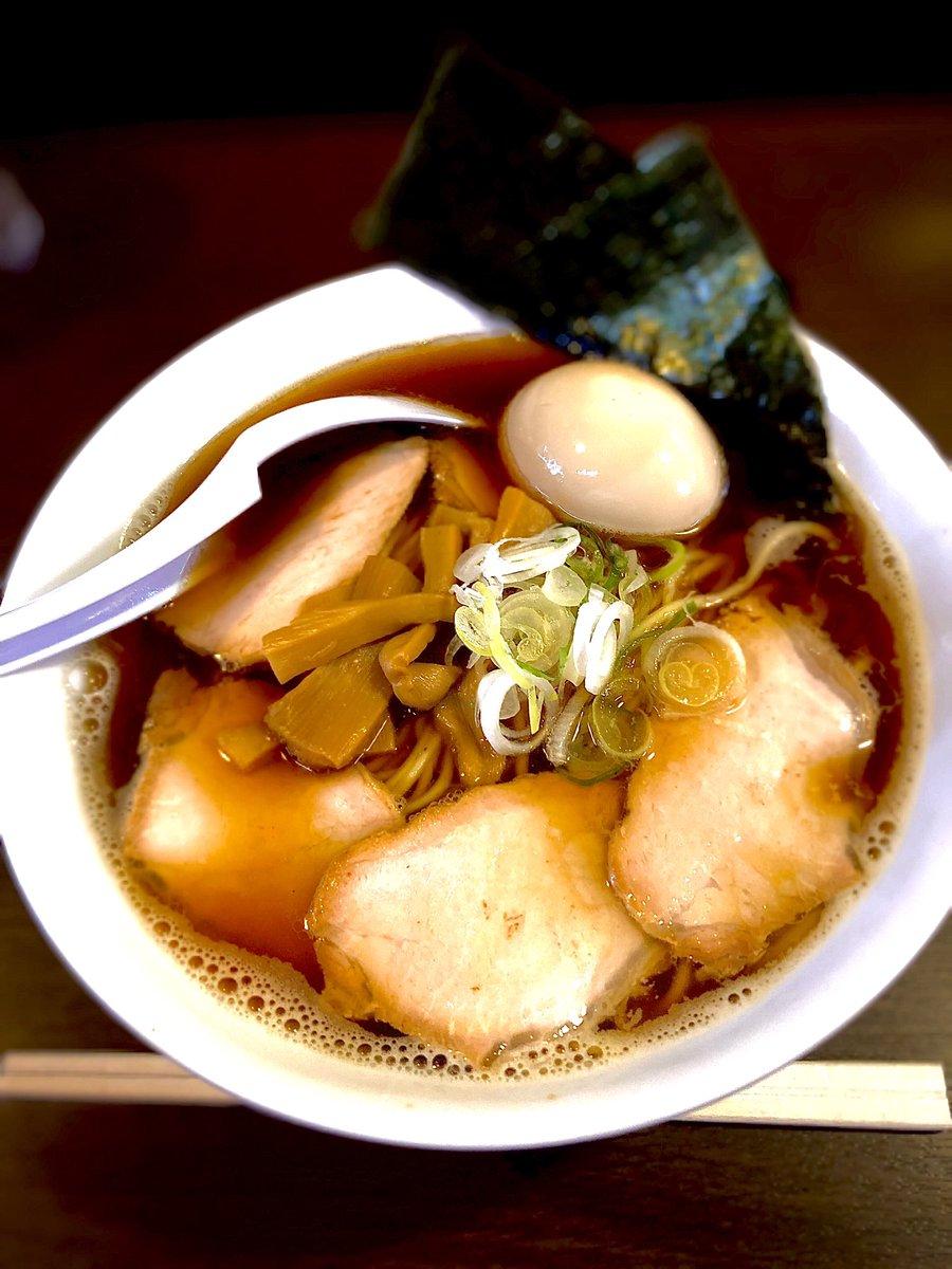 たまには有名店で食べようシリーズ。  煮干し醤油。あっさりした中華麺みたいな味!  昔はここまで混んでなかったなあ🤔すっかり人気店だ🍜  #札幌ラーメン #木曜日 https://t.co/rRMhGXhBbB