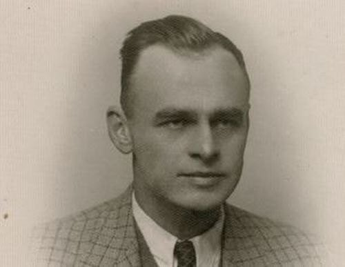 19 September 1940 | Witold #Pilecki, a member of the Secret Polish Army, intentionally let himself be caught by German policemen during a roundup in #Warsaw to get arrested & be sent to #Auschwitz to set up a #resistance network there. The mission was a success. https://t.co/kFy9f8KNzO