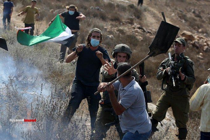 صورة لفلسطيني في الضفة الغربية المحتلة وهو يبيع أرضه!! https://t.co/KtC9rlSrh9
