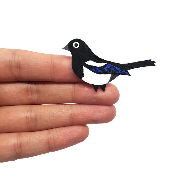 Morning #earlybiz I make and sell jewellery just like this cute magpie badge. More birdies in stock.  https://t.co/kyb9DpvWIM #handmade #shopsmall #etsy #SmallBiz #jewellery #saturdaymorning #gift #tmtinsta #craftbizparty #bird #magpie #badge https://t.co/bQeyKfTzcb