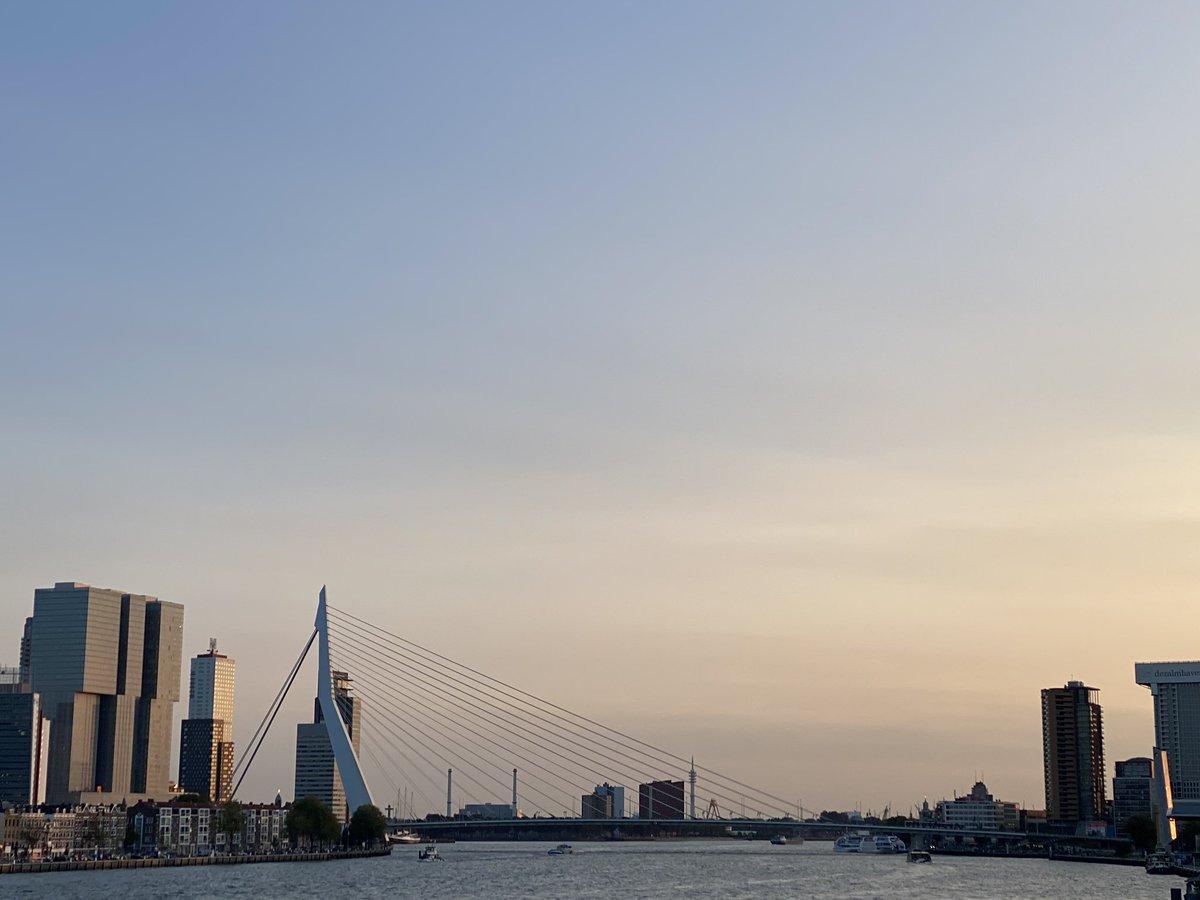 #zonsondergang gisteravond met #dezwaan #Erasmusbrug #Rotterdam #anitasview https://t.co/a1YXbuxeU4