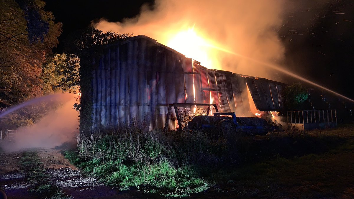It was a busy night for Poole crews. Rope training at the start of shift before Tech Rescue were called to assist the ambulance service and then the water carrier and one fire engine attended a barn fire along with @DWFRSWareham and @DWFRSBereRegis #DWFire #BeOneOfUs https://t.co/LYJi0IoRkT