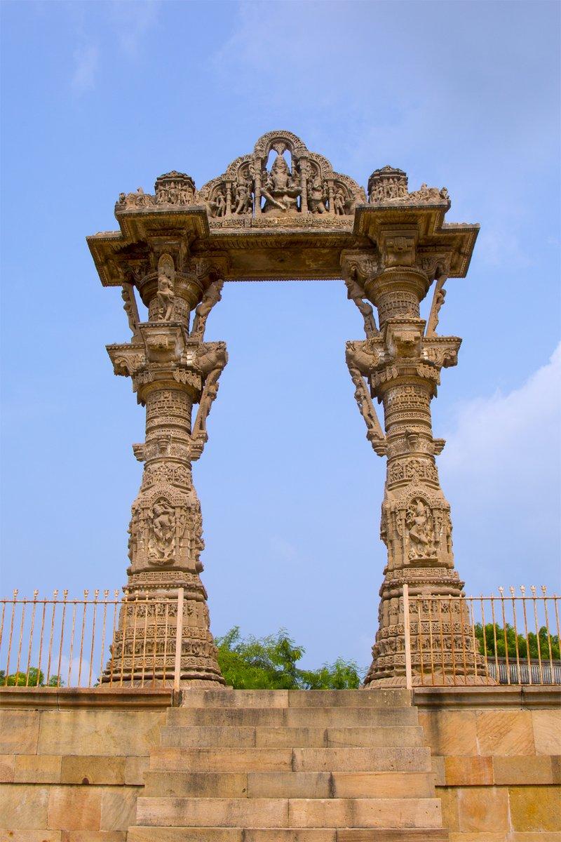 Vadnagar 'Kirti Toran', the architecture of Gujarat in the Solanki period. The carving style is similar to the Rudra Mahalaya at Sidhpur.  Camera: 5D Mark 3 Shutter Speed: 1/250s Aperture: f/13 ISO: 100 @Canon_India @ASIGoI @MinOfCultureGoI @PMOIndia #Vadnagar #KirtiToran https://t.co/tMpvr65mrP