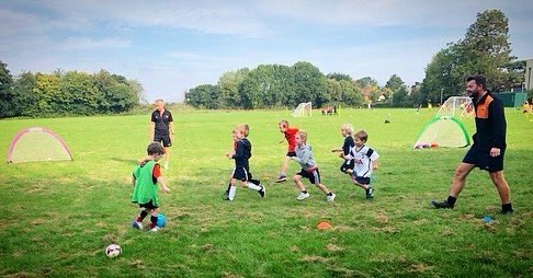 🐯  This morning something AMAZING happened 🎉🎊 Our brand new Under 6️⃣s had their first session with us 👍🏼✅  Our three wonderful coaches loved meeting all the new boys and girls! 🙌🏼  #TigersFamily🐯⚽️🧡🖤 #Taunton #Somerset #Football #Grassroots https://t.co/I3rFfzg1a0