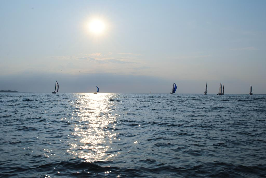 Sailboats, they go searchin' for the breeze. #JimmyBuffett #GoodMorning #sailboats #lovinglifeonthewater https://t.co/hwVAK4vqt8