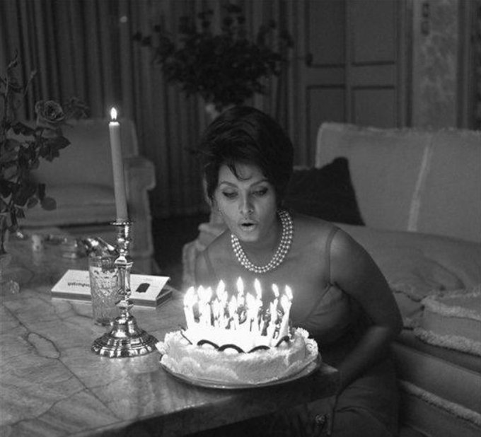 Sophia Loren in Rome on this date September 20 in 1961, her 27th birthday. Photo credit: AP. #OTD https://t.co/2OVG7xr5cA