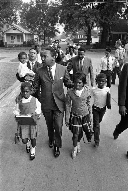 MLK escorts Black children to a formerly all-white school in Grenada, Mississippi on this date September 20 in 1966. #OTD https://t.co/6RizLZL6tr
