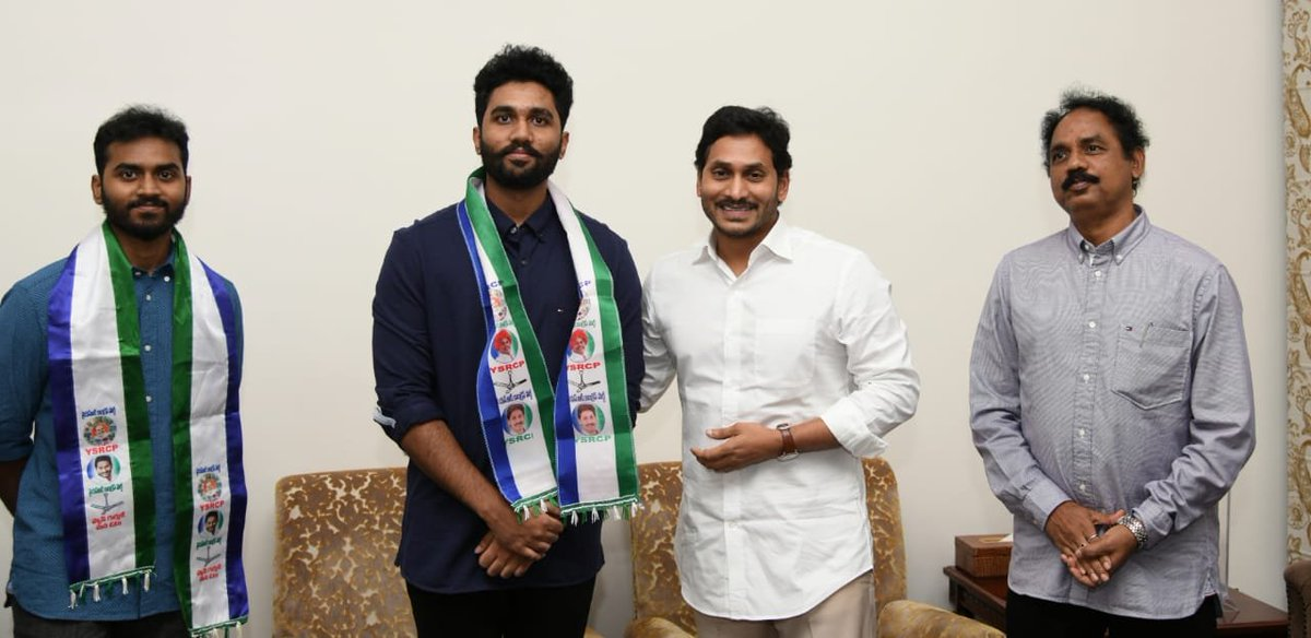 #AndhraPradesh The two sons of #Visakha South MLA and TDP leader #VasupalliGanesh have joined the #YSR Congress party in the presence of CM YS Jagan Mohan Reddy. https://t.co/sggQqqFfhO