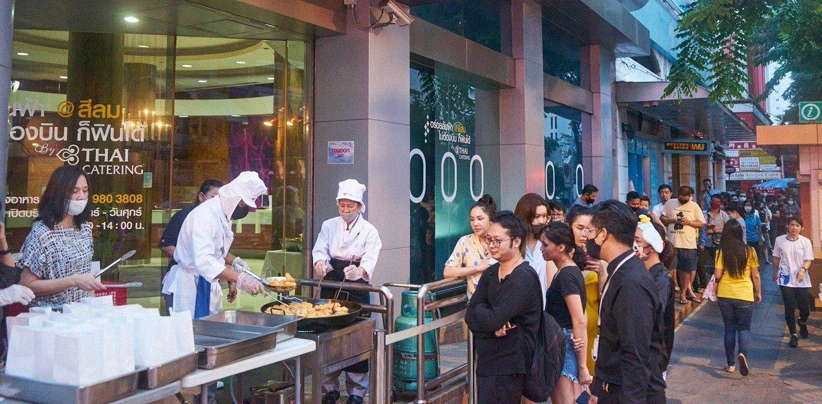 #รีวิว 📍ร้านปาท่องโก๋การบินไทย ทอดแบบไม่อมน้ำมัน ถึงเมื่อยก็ต่อคิว!  - ใครอยากลองชิมก็สามารถไปได้ที่หน้าสำนักงานการบินไทย สาขาสีลมขายจันทร์-ศุกร์ตั้งแต่เวลา 06.30-14.00 น. ที่บริเวณ Pop Up Cafeteria การบินไทย สำนักงานสีลม - 👉🏻https://t.co/7d7HSNklZt https://t.co/XOMYTMk07q