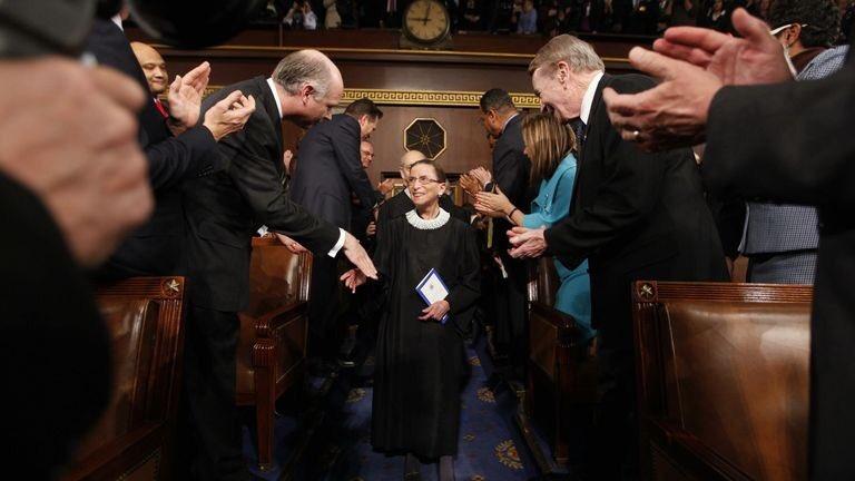 La morte della giudice di #CorteSuprema #RuthBaderGinsburg è una perdita enorme.  Paladina dei diritti delle donne, ha ispirato generazioni di ragazze nel mondo.   Nelle ultime volontà ha chiesto che a nominare chi le succederà sia il prossimo presidente Usa. Trump le rispetterà? https://t.co/FnUMgQUFMO