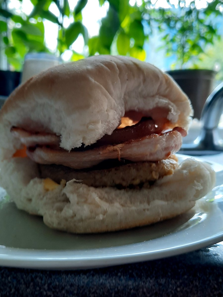At the risk of sounding like one of 'those' ads... This really wasn't just any roll! Morning roll from @steakbridie, sweet cure bacon from @Simon_Howie, white pudding from @thefarmerssonuk and butter from Stichill Jerseys, amazing! #ScotFoodFort20 https://t.co/diWoJog8Mu