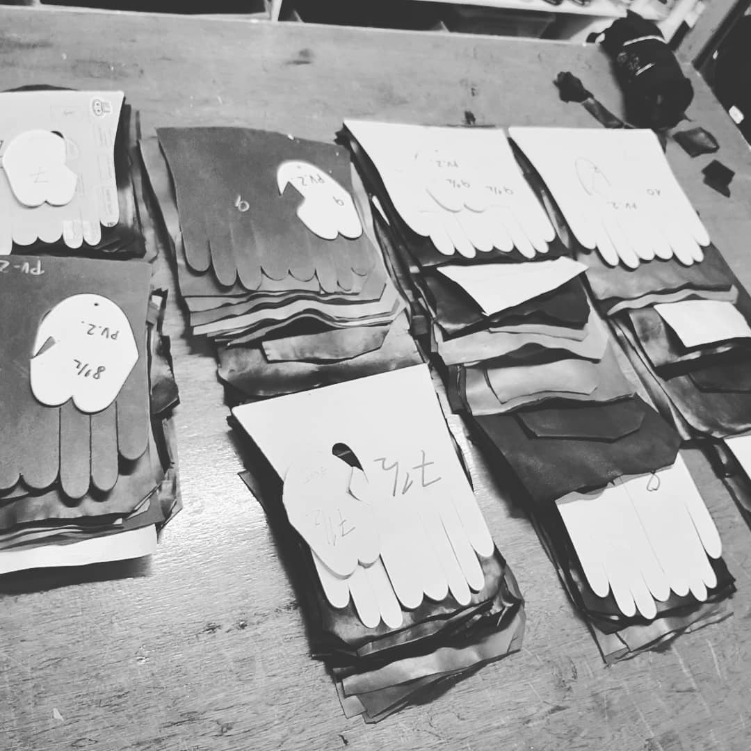 That's a whole lot of table cut gloves for a 75-year old to cut in a week. Mind you, haven't seen him happier in work since about 1986 #GloveCutting #LeatherGloves #IrishCraft #GeorgeHornGloves https://t.co/hmDi0xD6AO