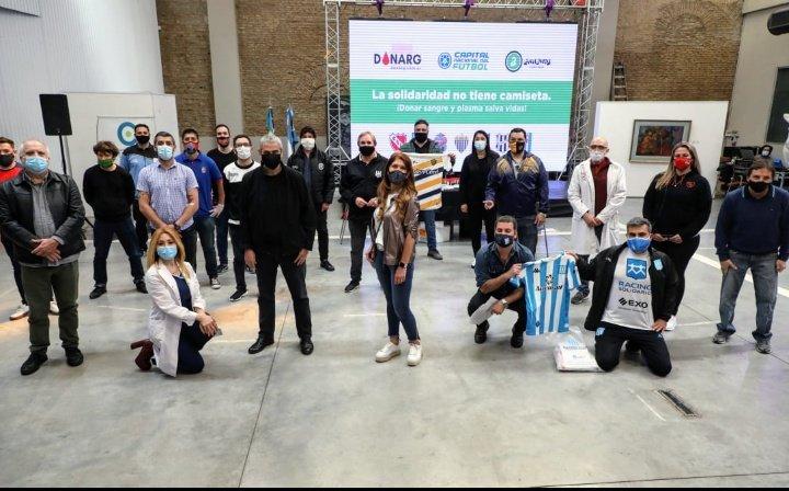 En #Avellaneda la solidaridad no tiene camiseta. Somos la #CapitalNacionalDelFútbol y hoy en el @CMA_mda se llevó a cabo la primera jornada de donación de plasma. Participaron el intendente @jorgeferraresi, junto a @MSierraDiputada, representantes de los clubes y de @SaludBAP https://t.co/zzpvk5rAuS