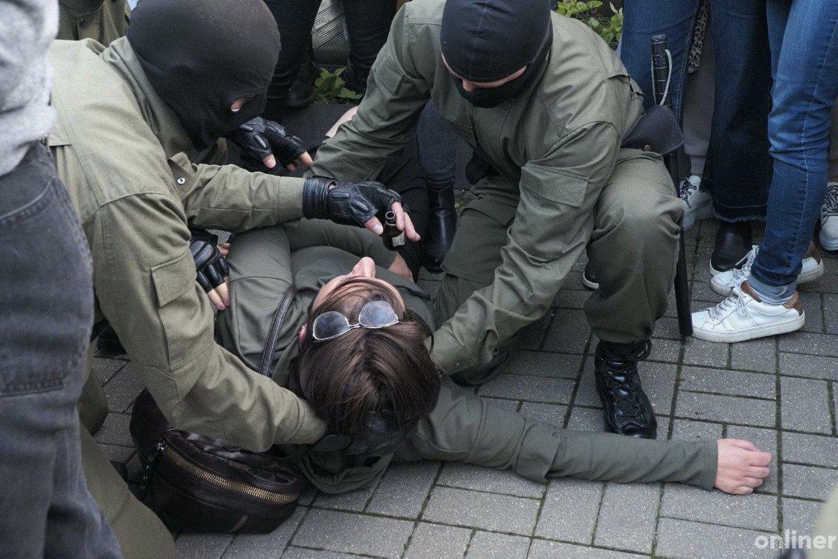 При задержании кто-то упал в обморок. ОМОН на месте откачивал нашатырем.