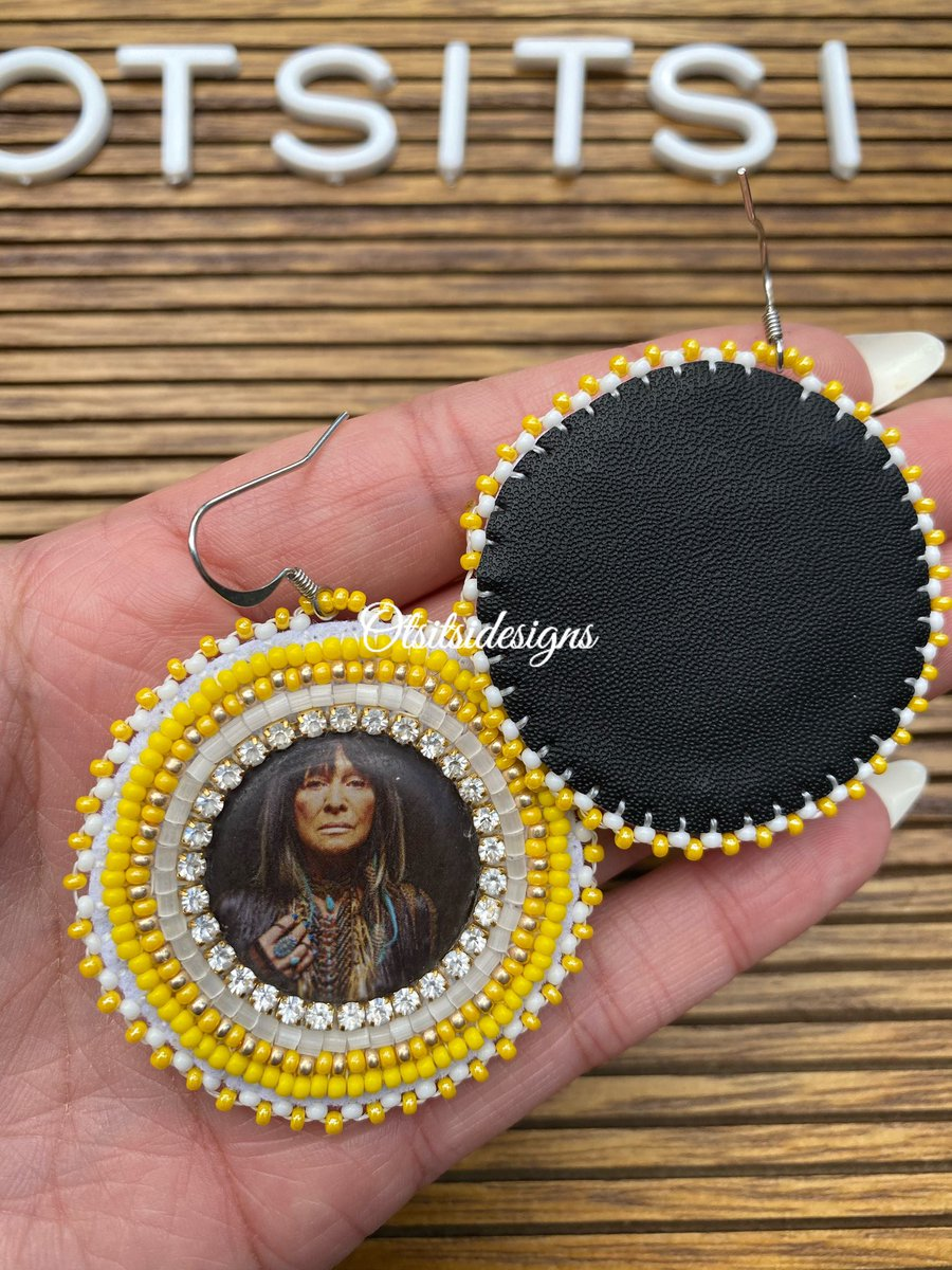 Pretty proud of this Buffy Sainte Marie pair 💛✨💫 up for grabs DM me! $40 plus shipping #buffysaintemarie #NativeTwitter #Native #Indigenous #nativebeadwork #beadworkforsale https://t.co/mNtBlzkgsS